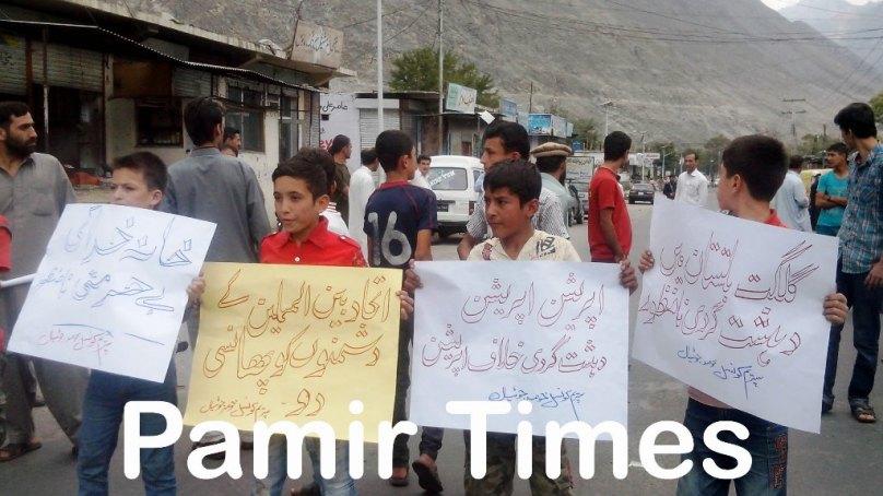 گلگت، مسجد کے نزدیک بم برآمد ہوںے کے خلاف احتجاجی مظاہرہ