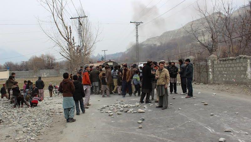 گلگت: بجلی کی طویل ترین لوڈشیڈنگ سے تنگ عوام سڑکوں پر نکل آئے