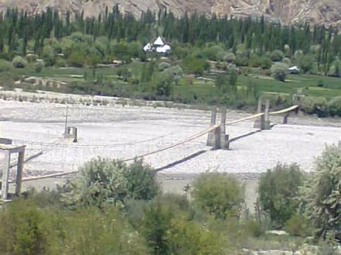 چترال کے دور افتادہ گاؤں کھوژ کا پل صراط