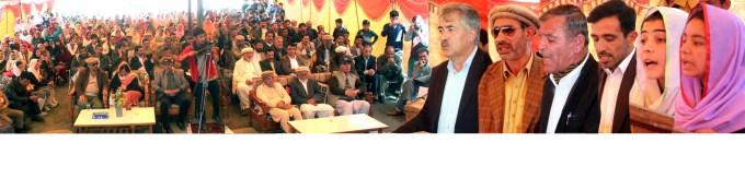 دائریکٹر اکیڈمکس گلگت ریجن مجید خان، ڈپٹی دائریکٹر ایجوکیشن ہنزہ نگر میر باز و دیگر گنش سکول میں تقریب سے خطاب کر ہے ہیں۔