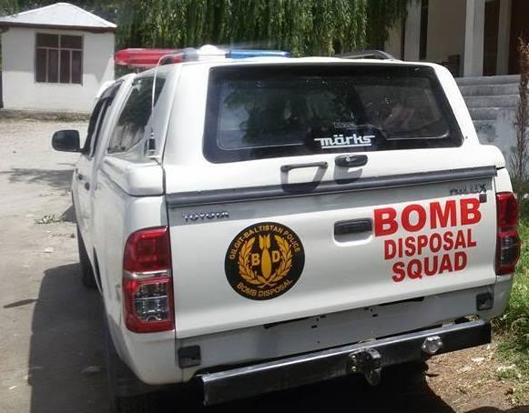 بم ڈسپوزل سکواڈ کی گاڑی اعلی افیسران کی خدمات پر