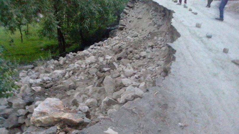 گلمت: شدید بارش سے کمرس-آدبیررابطہ سڑک تباہ