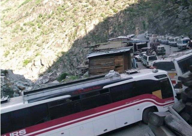 چلاس: کے پی کے پولیس کا مسافروں پر وحشیانہ تشدد، لاٹھی چارج، ہوائی فائرنگ، متعدد مسافر زخمی ہوگئے، کانوائے واپس چلاس بھیج دیا گیا