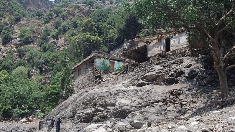 چترال میں سیلاب سے مسجد شہید، امام مسجد اور فوجی جوانوں سمیت 31 افراد جان بحق، 17افراد کی لاشیں دریا چترال سے نکال لی گئی