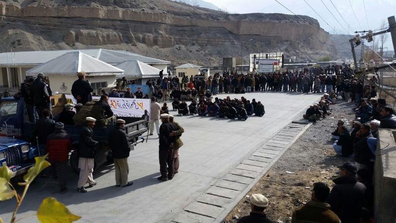 شاہراہ قراقرم توسیعی منصوبے کے معاوضے نہ ملنے کے خلاف گوجال میں احتجاجی دھرنا دیا گیا