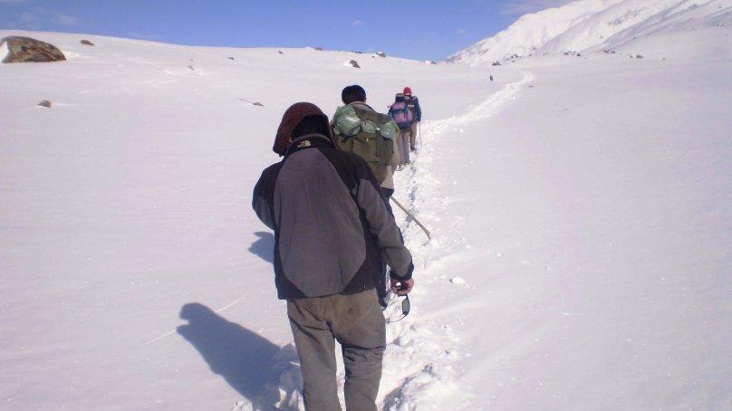 چترال کے مختلف علاقوں میں برف باری کا سلسلہ جاری، رابطہ سڑکیں بند، سیلاب کی وارننگ جاری