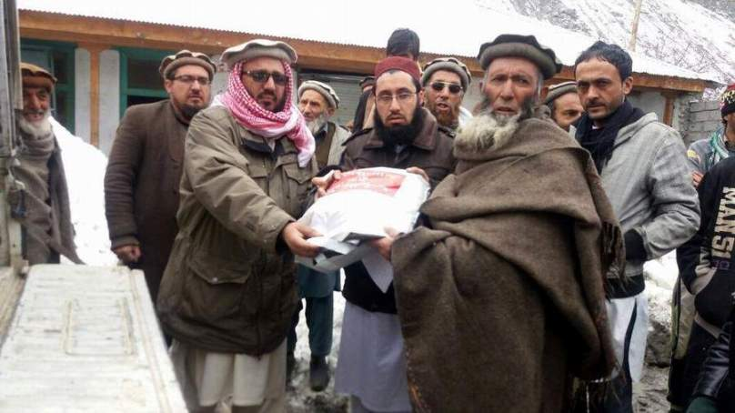 چترال: قاری فیض اللہ چترالی کی طرف سے چترال میں برفباری سے متاثرہ خاندانوں میں امدادی سامان تقسیم