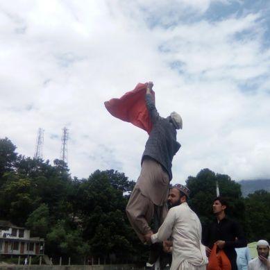 چترال: ضلع ناظم کی قیادت میں لوگوں نے پولو مقابلے منسوخ کرنے کا اعلان کردیا، جھنڈیاں اور پولز اکھاڑ دئیے