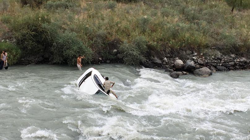 محکمہ زراعت غذر کے بہادر ملازم نے جان پر کھیل کر دریا میں گری ہوئی کار میں پھنسے نوجوان کو بچا لیا
