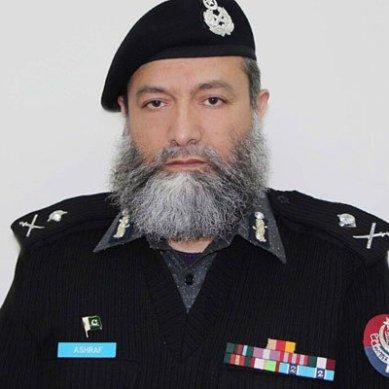 سکردو : پولیس گروپ کے شہید سنئیر آفیسر محمد اشرف نور کو آبائی گھر کے صحن میں سپرد خاک کردیا گیا