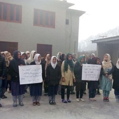 زینب کو انصاف دو: اسوہ سکول گنش ہنزہ میں  طلبہ و طالبات کا احتجاجی مظاہرہ