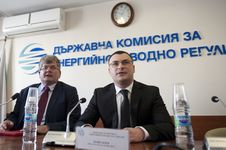 Председателят на ДКЕВР Боян Боев и комисар Еленко Божков. Снимка: БГНЕС