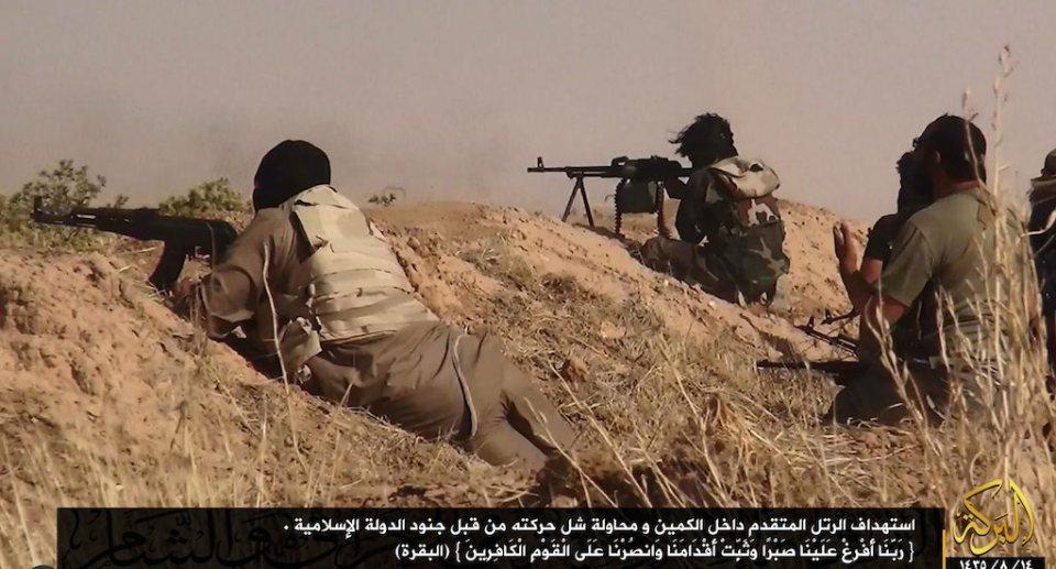 Бойци от ИДИЛ стрелят с калашници Снимка: EPA/БГНЕС