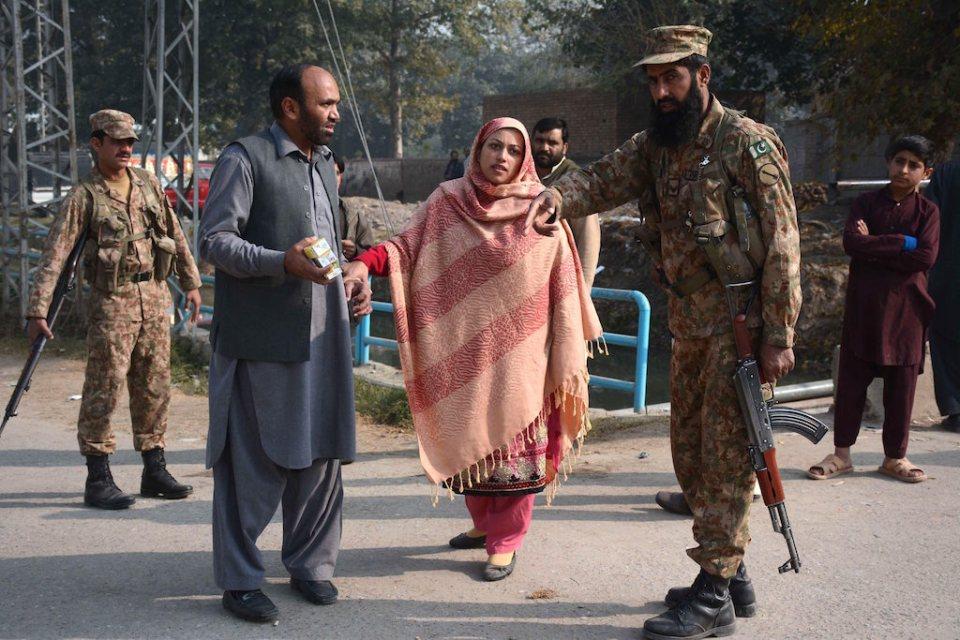 Родители на ученик се опитват да получат информация от пакистански военен. ©EPA/БГНЕС
