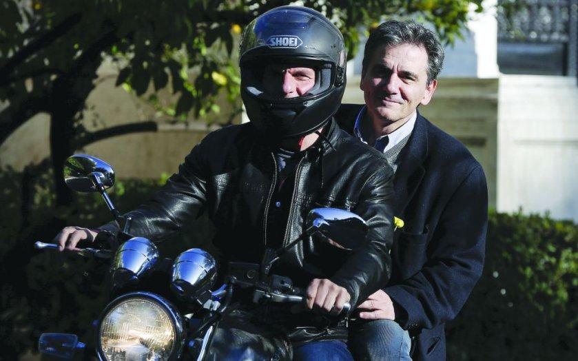 Янис Варуфакис и Евклид Цакалотос - зад него.