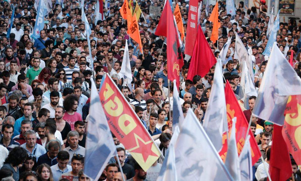 Атентатът в Суруч извади хиляди кюрди на протест в Истанбул срещу властта в Анкара, която според тях подпомага джихадистите срещу кюрдите в Сирия. Снимка: ЕРА/БГНЕС