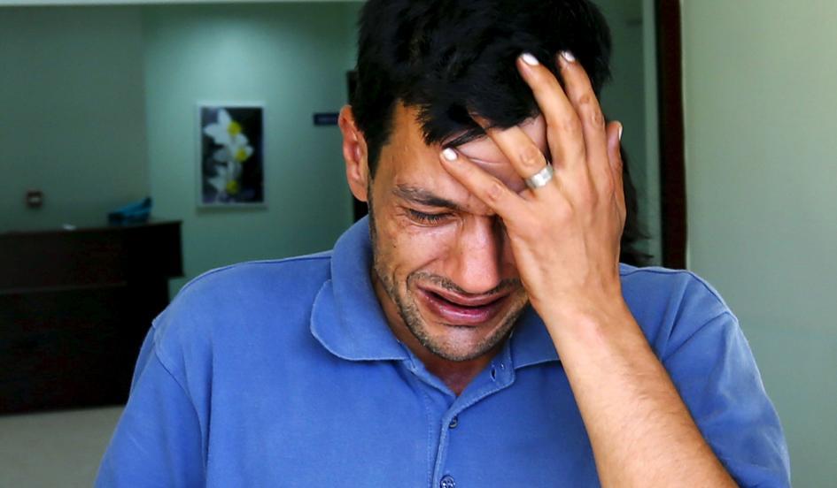 Бащата Абдуллах Курди очаква телата на двамата си сина и съпругата си, удавили се край турския бряг на Бодрум.