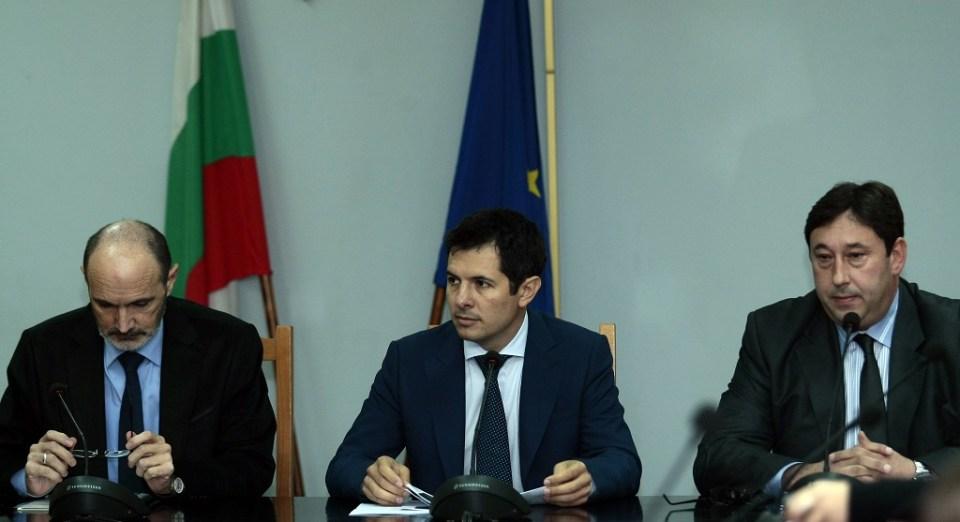 Заместник-министрите Филип Гунев и Цвятко Георгиев и административният секретар на МВР Бойко Славчев. Снимка: БГНЕС