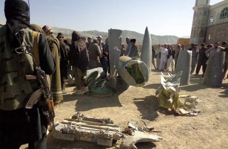 Талибани показват части от свален самолет.  ©EPA/БГНЕС