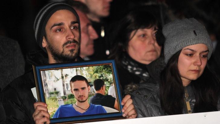 След смъртта на 18-годишния Тодор, във Враца десетки хора излязоха на протест.