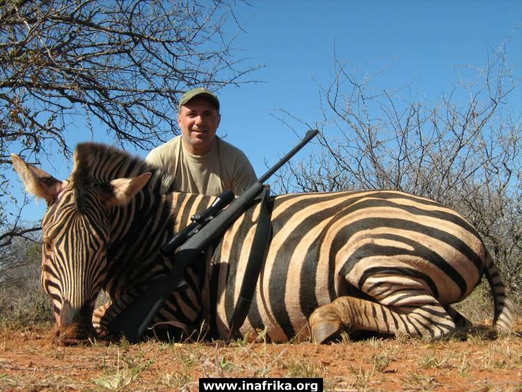 Вълна от възмущение заля социалните мрежи заради снимки на Христо Стоичков с убити животни на сафари в Африка.
