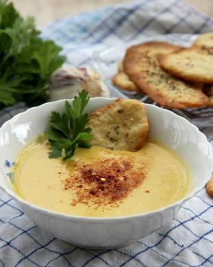 """Крем супа от червена леща и розмаринови крекери. Снимка: """"Чубрица"""""""