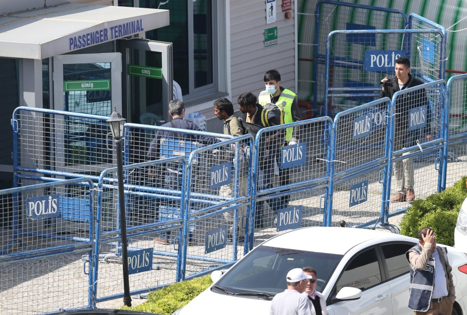 epa05243235 Refugees are escorted by Turkish police as they arrive by ferry from the Greek island of Lesvos (Lesbos) at the Dikili harbour in Izmir, Turkey, 04 April 2016. Some 160 migrants, from Pakistan, Bangladesh and Morroco, who refused to apply for asylum, have been deported on 04 April early morning to Turkey, after an agreement between the European Union (EU) and Turkey on the refugees crisis. EPA/TOLGA BOZOGLU