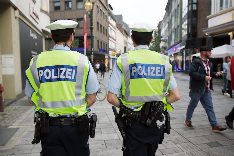 Германски полицаи патрулират в историческия център на Дюселдорф ©EPA/БГНЕС