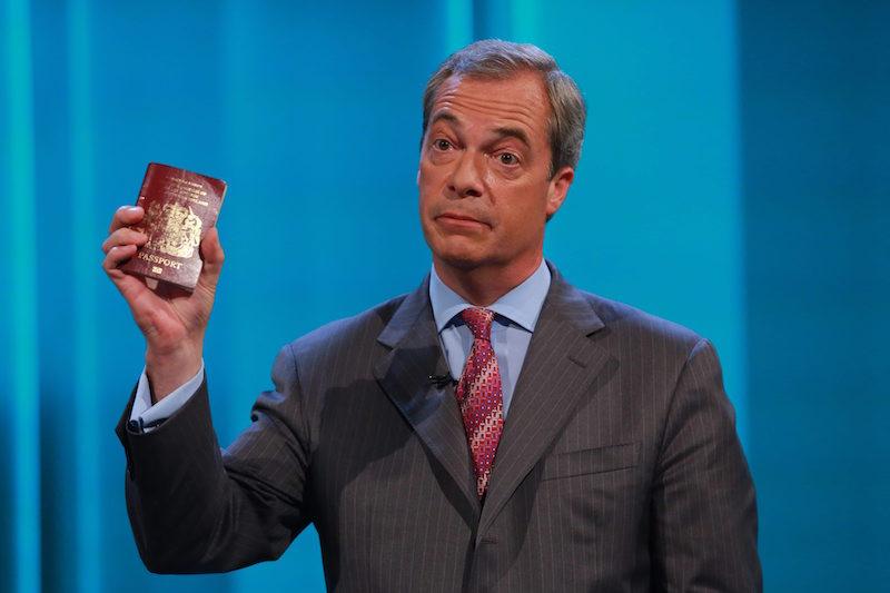 Лидерът на UKIP Найджъл Фараж държи британски паспорт в ръка ©EPA/БГНЕС