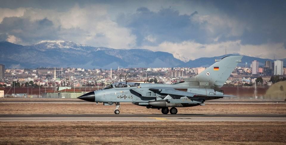 """Германски изтребител """"Торнадо"""" излита от турската база """"Инджирлик"""". Снимка: ЕРА/БГНЕС"""