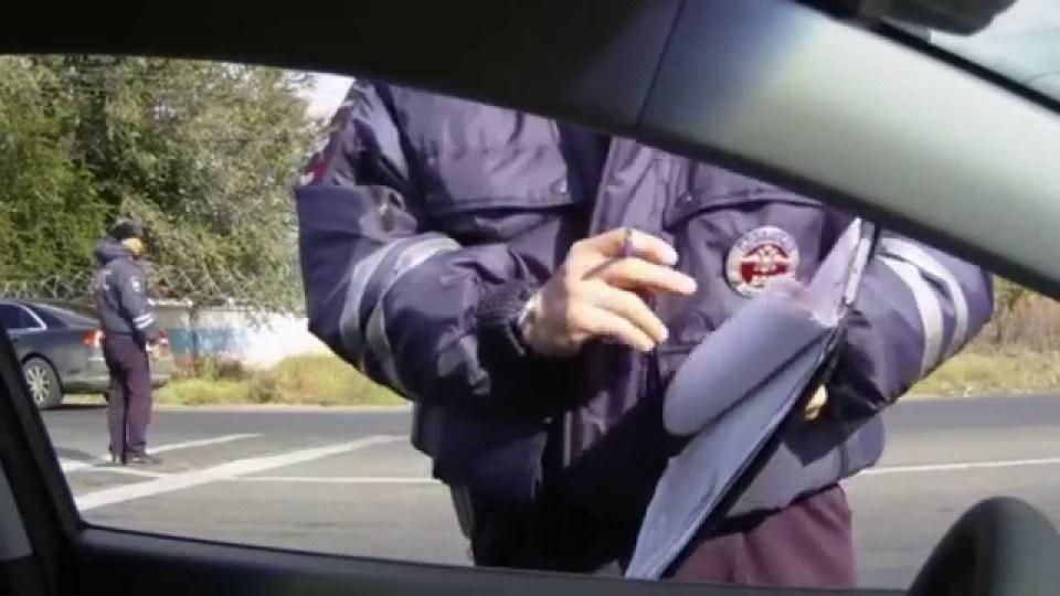 Това се случва на пътя и в Русия, и  България.  Или рушвет, или...