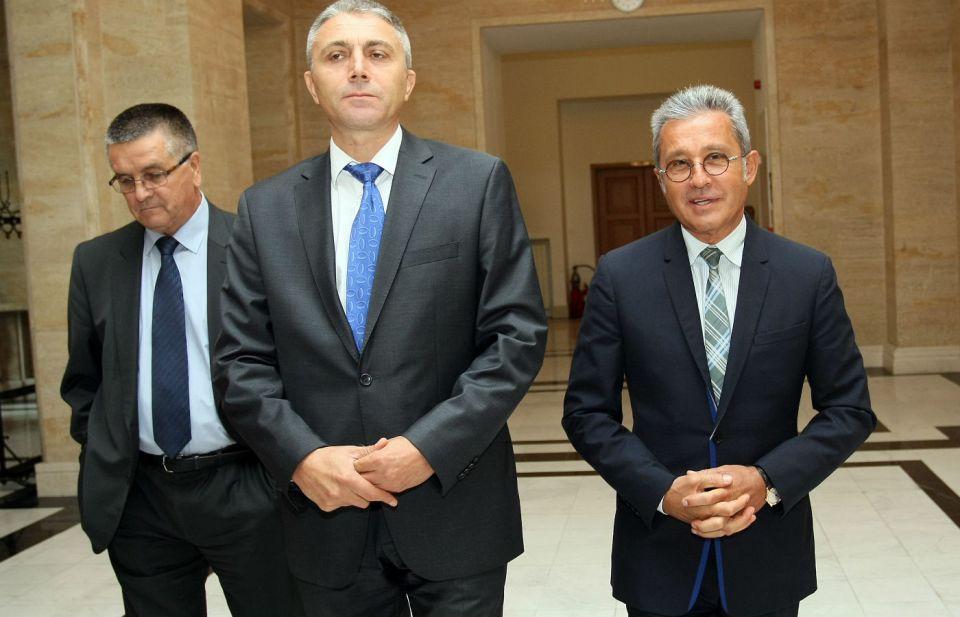 Лидерът на ДПС Мустафа Карадайъ - в средата, заедно с депутатите Алиосман Имамов (вляво)  и Йордан Цонев (вдясно)