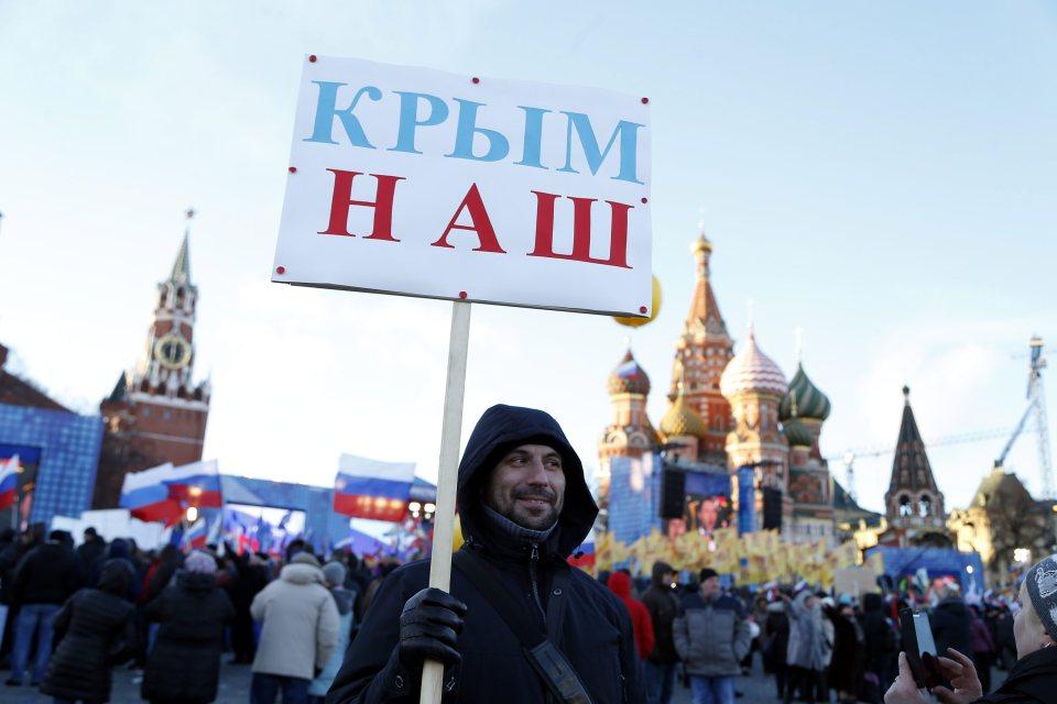 """""""Крим е наш"""" - популярният руски лозунг, на празненство за втората годишнина от анексирането на Крим на Червения площад в Москва. Снимка: ЕРА/БГНЕС"""