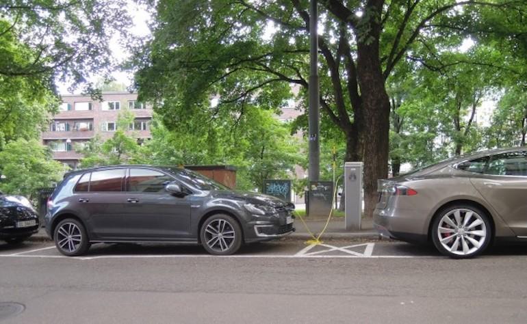 oslo-street-scene-nissan-leaf-volkswagen-e-golf-tesla-model-s