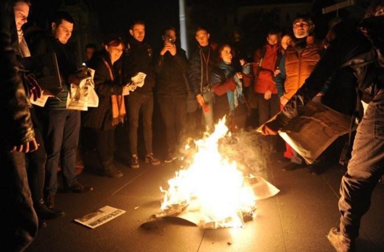 На протеста в Будапеща деомонстранти запалиха броеве от проправителствения всекидневник Magyar Idok. Снимка; Twitter