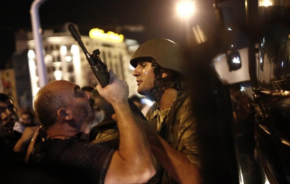Турски войник в нощта на метежа в Истанбул на 15 юли 2016 г. Снимка: ЕРА/БГНЕС