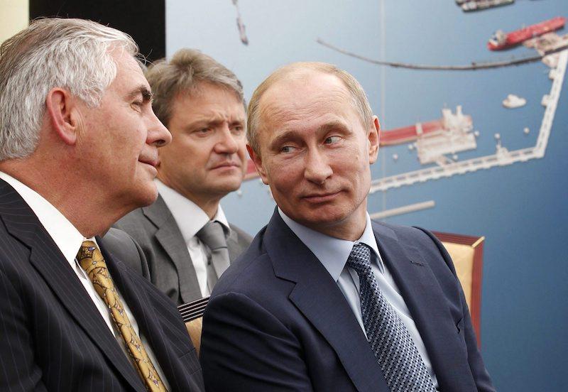 Шефът на Exxon Mobil Рекс Тилерсън в компанията на руския президент Владимир Путин, ©EPA/БГНЕС