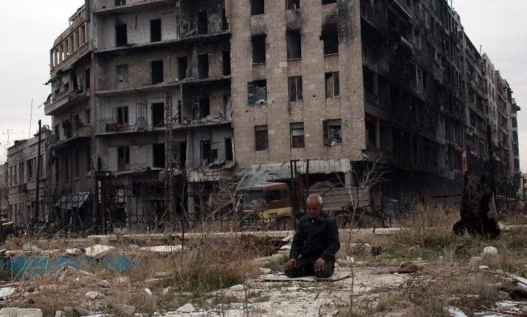 Молитва пред джамията на Омаядите в полуразрушеното Алепо.