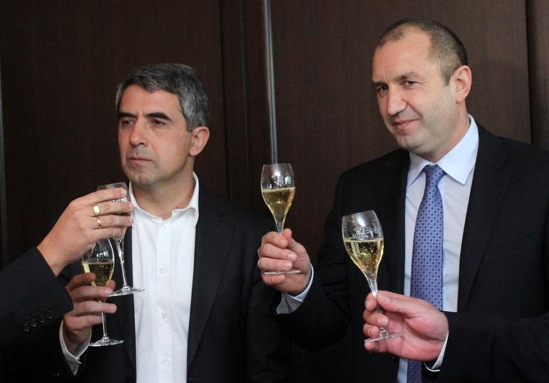 """Настоящият и предстоящият президент -  Росен Плевнелиев и Румен Радев, на церемонията """"Политик на годината"""" на Дарик радио."""