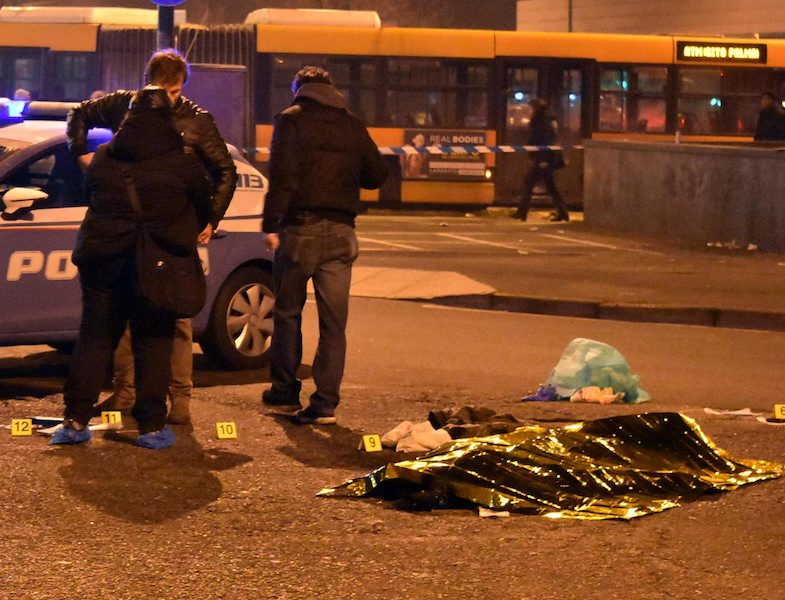Тялото на тунизиеца, покрито от полицията, ©EPA/БГНЕС