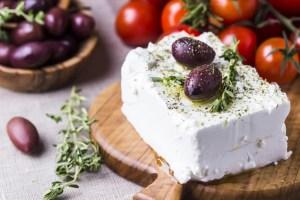 Als tierisches Lebensmittel zählt Feta zu den Vitamin B12 liefernden Lebensmitteln. Im Beitrag erfährst du alles Wissenswerte über den Baustein des Lebens.
