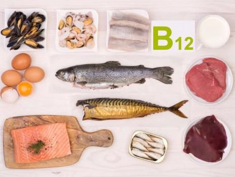Lebensmittel mit viel Vitamin B12: Fisch, Meeresfrüchte, Leber, Rindfleisch, Eier, Joghurt