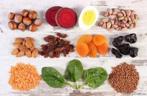 Lerne Ursachen und Symptome von Vitamin-B12- und Eisenmangel kennen und wie du mit urgesunder Ernährung wieder fit.