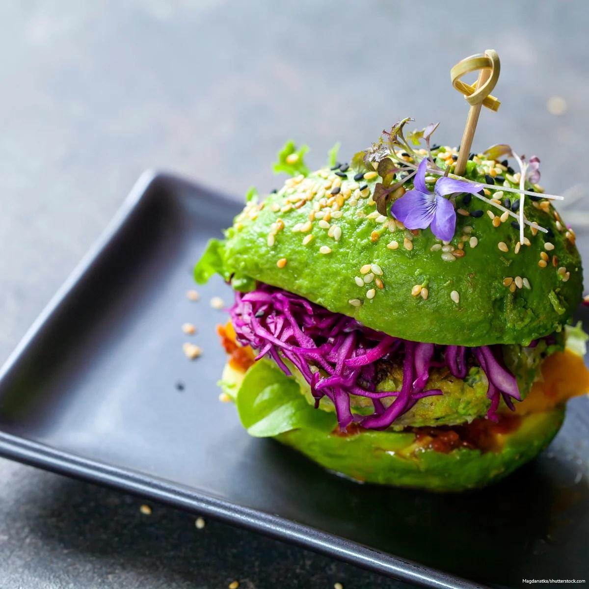 Ein veganer Burger. Lerne die Denkfehler kennen, die Veganer in Bezug auf Vitamin B12 machen.