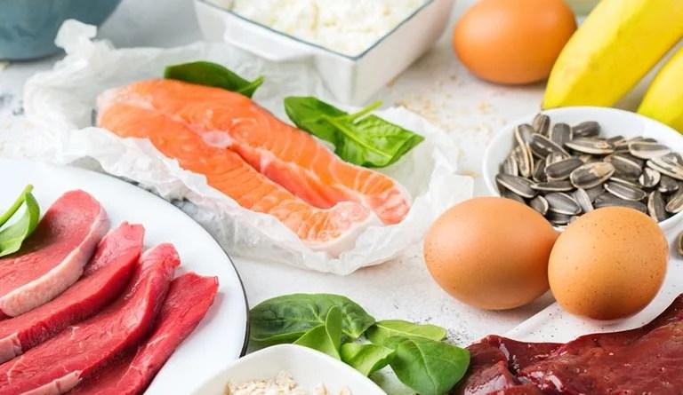 Eier, Bananen, Spinat, Fleisch, Fisch, Kartoffeln: Allesamt Lebensmittel mit viel Vitamin B6, B12 und Folsäure. Ihr Verzehr trägt zum Schutz vor hohen Homocysteinwerten bei - gut für die Herzgesundheit.