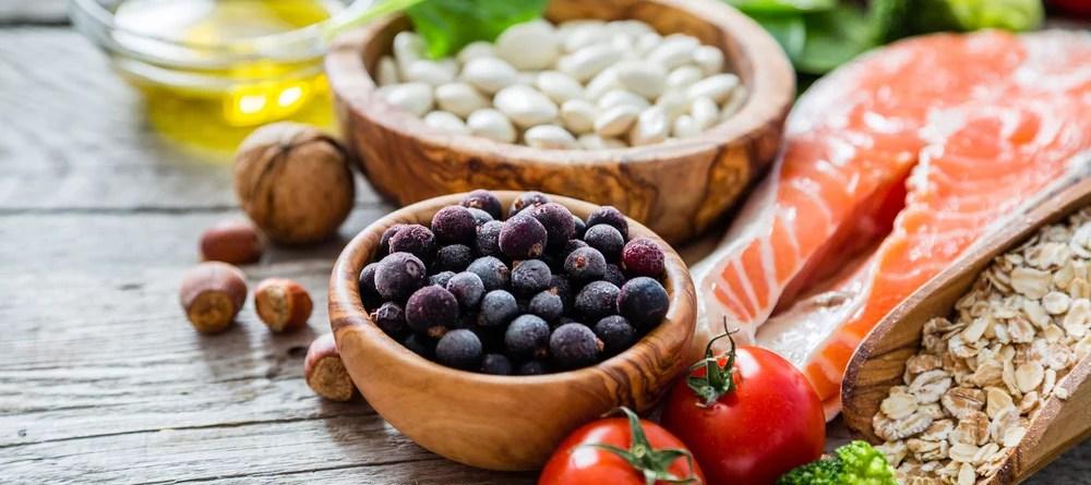 Auswahl an gesunden Lebensmitteln. Davon enthält Lachs Vitamin B12.