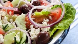 Vitamin B12 und Vitamin B1 in griechischem Salat. Mit Oliven, Tomaten, Schafskäse, roten Zwiebeln