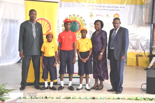 L-R: General Manager, External Relations of SPDC, Mr. Igo Weli; Master Anioki Godfirst (Bayelsa State Beneficiary); Master Ibojoh Godwin (Delta state beneficiary); Miss Blessing Chioma Eric (Rivers State beneficiary); Mrs. Elizabeth E. Alagoa, Director for Secondary Education – Bayelsa State Ministry of Education and Dr. Moses Bragiwa, Director for Basic and Secondary Education – Delta State Ministry of Education, In Port Harcourt.