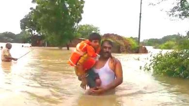 Photo of मध्यप्रदेश : जब मासूम को बाढ़ में फंसा देख, पानी में कूद गए थाना प्रभारी।