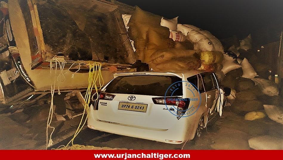 सोनभद्र पुलिस अधीक्षक की कार के उपर पलटी ट्रक, बाल बाल बचे
